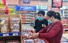 民眾在超市購物。