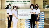 Đại diện Orgalife trao tặng sản phẩm dinh dưỡng tại Bệnh viện Bệnh Nhiệt đới Trung ương, Hà Nội