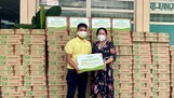 Đại diện Vinasoy trao những hộp sữa đậu nành như một món quà sức khỏe đến lực lượng tuyến đầu tại BV 115