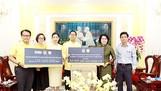 Chủ tịch Ủy ban MTTQ Việt Nam TPHCM Tô Thị Bích Châu tiếp nhận quà của Tổng Lãnh sự Thái Lan tại TPHCM giúp đỡ người dân miền Trung khắc phục hậu quả bão lụt trong năm 2020