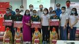 Bà Trần Thị Quỳnh Châu - Phó Giám đốc Agribank Bình Dương (thứ tư hàng đầu từ bên phải) tặng quà và sổ tiết kiệm cho công nhân có hoàn cảnh đặc biệt khó khăn của công ty TBS group