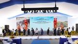 Phó Thủ tướng Thường trực Trương Hòa Bình cùng các vị quan khách và lãnh đạo tập đoàn TH thực hiện nghi thức khởi công Dự án Chăn nuôi bò sữa tập trung quy mô công nghiệp công nghệ cao tại tỉnh An Giang
