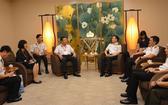 海軍少將范懷南與新加坡海軍少將黎忠漢進行雙邊會晤。(資料圖:海軍報網)
