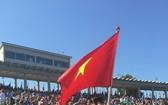 黎光廉榮幸代表越南大學生舉著國旗登上畢業禮台。(圖源:互聯網)