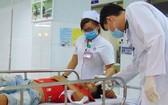 醫務人員在工作時都會穿印有醫院標誌的白大褂和佩戴姓名牌。(示意圖來源:互聯網)