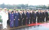 黨政領導人晉謁胡志明主席陵。(圖源:互聯網)