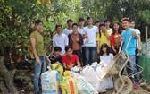 花了兩小時,裴氏水(站立者右三)和 眾友已收集了多包垃圾。