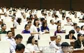 北寧省國會代表陳氏姮在會議上發表意見。(圖源:越通社)