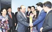 阮春福總理看望我國駐聯合國代表團的幹部人員。(圖源:互聯網)