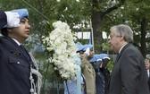圖為聯合國秘書長古特雷斯向所有因公殉職的維和人員敬獻了花圈默哀致敬。 (圖源:UN Photo/Mark Garten)
