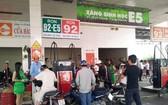 第二區域汽油公司的11號加油站在油槽車給地下儲油庫注油時,仍不暫停營業。(圖源:互聯網)