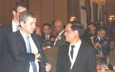 東盟秘書長黎良明(右)與出席會議代表交談。(圖源:互聯網)