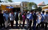 柬埔寨選民在票站外排隊。(圖源:路透社)