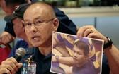 菲警方召開新聞發佈會,公佈酒店槍手照片。(圖源:路透社)