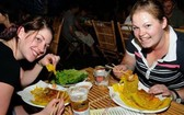 外國遊客在品嚐我國美食。(圖源:互聯網)