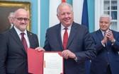 美國副國務卿托馬斯‧香農(中)展示黑山加入北約文件。左為黑山外長達爾馬諾維奇。(資料圖:AFP)