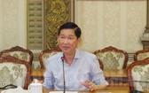 市人委會副主席陳永線在會議上發表指導意見,要求各相關廳、部門促進辦理各標投手續,為本市香料及化工原料經營中心尋找新投資商。(圖源:市黨部新聞網)