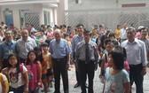 崇正華文中心董事、老師與學生合照。