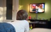 臥室裏有電視可能讓孩子睡眠時間減少、還增加吃零食的可能。(示意圖源:互聯網)
