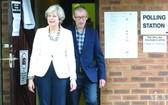 英國首相、保守黨領導人特蕾莎‧梅及丈夫投票後從投票站走出。(圖源:互聯網)