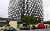 警方在新美國大使館外調查兩架無人看管的汽車(中及右)。(資料圖:Getty Images)