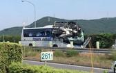 日本中部地區高速公路發生小客車與旅遊巴士相撞的現場。(圖源:AFP)