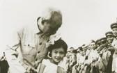 1957年5月,胡伯伯與幼年的王楓。(資料圖:互聯網)