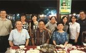 我們與胡志明市的華人朋友相聚(前排正中為陸進義先生)。