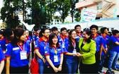 市民運處副主任阮氏碧玉為志願青年們打氣。