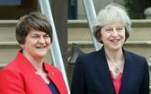 英國首相特蕾莎‧梅(右)與北愛爾蘭DUP黨領袖阿琳‧佛斯特(左)達成協議。(圖源:互聯網)