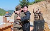 朝鮮領導人金正恩與導彈科技暨技術人員慶祝洲際導彈發射成功。(圖源:路透社)