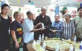 各熱心人士向龍華寺捐贈善款。(資料圖源:陳 昕)