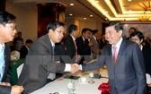 市人委會主席阮成鋒與老撾中部3省代表們握手打交道。(圖源:越通社)