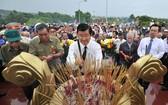 前越南國家主席張晉創(中)與代表們上香緬懷在富國島犧牲的戰士。(圖源:互聯網)