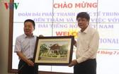 VOV 副台長武海(右)向 CRI副台長胡邦勝贈送紀念品。(圖源:VOV)