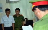 公安在向嫌犯陳鴻源(左)宣讀逮捕令。(圖源:T.T)