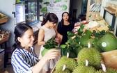 消費者在選購有機蔬果。