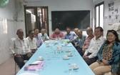 張子諒(左五)與董 事們舉行會議。