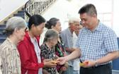 梁栢滔先生向貧病者贈送醫藥費。