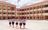 新足初中學校座落於革命傳統的大地上。