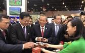 """政府常務副總理張和平(左三)參觀 """"魅力之城""""太原市展區並品嚐太原名茶。"""