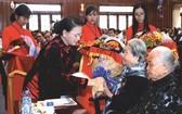 國會主席阮氏金銀向越南英雄母親贈送禮物。(圖源:越通社)