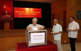 黨政領導給10 號颱風災民捐款。(圖源:越通社)