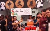 中文系大學生介紹中國文化特色。