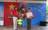 富利鄉黨委書記、人民議會主席范忠孝向李國維主任(左)贈送鮮花祝賀校慶。