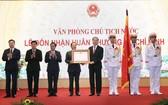 國家主席陳大光(左五)代表黨、國家領導人向國家主席辦公廳授予胡志明勳章。(圖源:越通社)