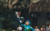 明道小學邀請雜技演員表演節目讓學生觀賞。
