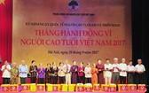 國會主席阮氏金銀向與會高齡者贈送禮物並合影留念。(圖源:VOV)