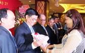 第六郡第六坊祖國陣線委員會主席阮氏翠絨 向理監事會送花祝賀。