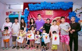 千禧龍傳媒職工向殘疾孤兒贈送中秋禮物。
